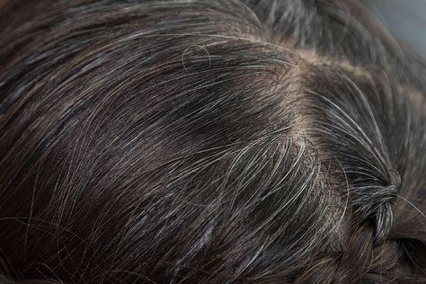 Voici nos 4 astuces pour faire disparaître les cheveux blancs.A cause de carences ou avec le temps, les cheveux blancs apparaissent et nous sommes nombreux à ne pas les supporter.Les teintures sont très utilisées pour les masquer, or elles abîment les cheveux à cause de leurs produits chimiq