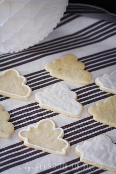 Rezept Limettenkekse // 1 Bio-Limette (Abrieb) / 200 gr. Mehl / 100 gr. kalte Butter / 70 gr. Puderzucker / 1/2 Vanilleschote / 2 EL Limettensaft / Prise Salz Alle Zutaten zu einem glatten Mürbeteig verkneten & min. 1 Std im Kühlschrank ruhen lassen. Auf bemehlter Arbeitsfläche 3mm dick ausrollen & ausstechen. Bei 180°C ca. 10 min. auf mit Backpapier belegtem Blech backen. Aus dem Ofen nehmen und Backpapier vom Blech ziehen. Kekse erkalten lassen und ggf mit Royal Icing verzieren.