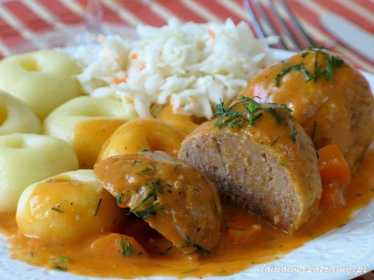 Udostępnij1 +1 Tweetnij Przypnij42 Stumble UdostępnijUdostępnień 43Pulpety w sosie pomidorowym Są ciekawą alternatywą dla zwykłych kotletów mielonych. Pulpety zwane też klopsami, to bardziej dietetyczna wersja od smażonych mielonych. Mięso jest bowiem gotowane. Gęsty kremowy sos pomidorowy z kawałkami marchewki dodaje pulpetom fajnego smaku. Pulpety w sosie pomidorowym to danie, które kojarzy mi się z dzieciństwem. ...