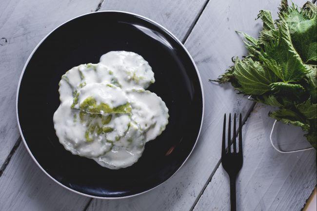 I ravioli di ortiche con fonduta sono un primo piatto perfetto per la domenica, per stupire gli ospiti con una pasta fresca dal colore particolare!