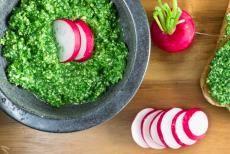 Nevyhazujte listy od ředkviček, můžete z nich udělat tohle výborné pesto! Skvěle ochutí téměř jakékoli jídlo a už jen ta krásně zelená barva napovídá, že je plné vitamínů a zdraví prospěšných živin.