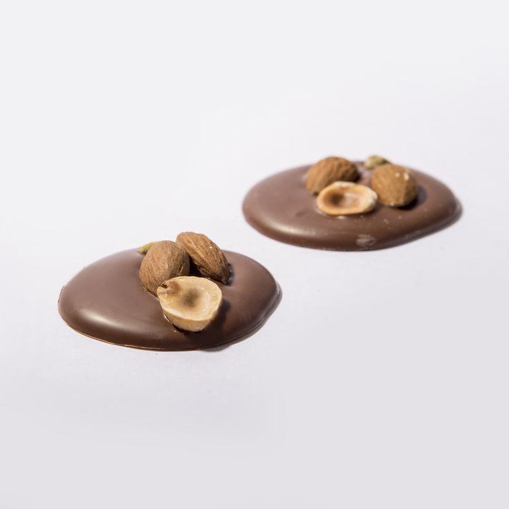 Deliciosos #rRondels de @PuroChocolate : delgada galleta de chocolate con frutos secos en leche al 41% #chocolate #cacao #galletas #almendras #purochocolate
