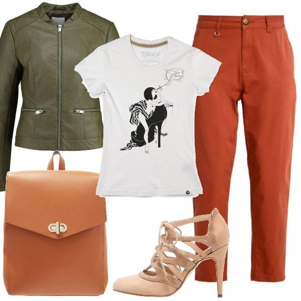 Look+composto+da+pantaloni+che+lasciano+scoperta+la+caviglia,+abbinati+a+una+t-shirt+bianca+a+maniche+corte+con+stampa,+giacca+in+similpelle+verde+scuro.+Décolleté+rosa+con+tacco+a+spillo+e+punta+tonda+e+zainetto+color+cognac.