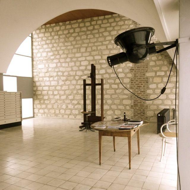 Просторная жилая комната - рабочая студия в квартире Ле Корбюзье.  (фасад,архитектура,дизайн,экстерьер,интерьер,дизайн интерьера,квартиры,апартаменты,конструктивизм,Ле Корбюзье,Франция,Париж,мебель,жилая комната,гостиная,дизайн гостиной,интерьер гостиной,мебель для гостиной) .