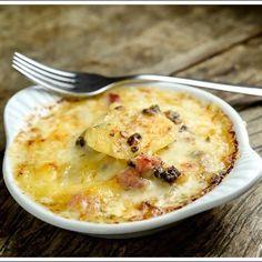 Batatas gratinadas com queijo, funghi secchi e presunto defumado