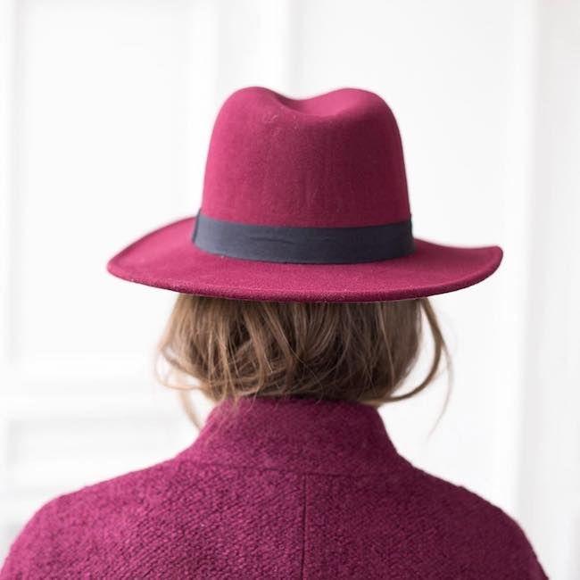 Elegante, glamour e capace di regalarti un pizzico di mistero che non guasta mai, il cappello è un accessorio must per ogni stagione! Un fedora in lana per la stagione invernale, in cotone o paglia per l'estate. Tu quale scegli?