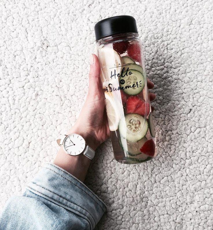 """Najlepsza woda: zielony ogórek i świeże owoce Przypominam o kodzie zniżkowym na zegarki @danielwellington """"Juliete17"""" daje 15% zniżki na wszystkie modele #dwwatches #yesdw #danielwellington #detox #water #fruits"""