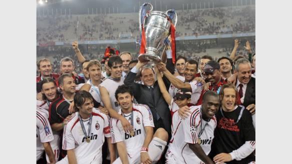 2007: AC Mailand. Die Italiener besiegten im Finale den FC Liverpool mit 2:1, feiern mit Klub-Boss Silvio Berlusconi