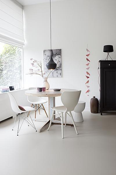 Door verschillende stoelen in dezelfde kleur om de eettafel te zetten creëer je een speels effect.