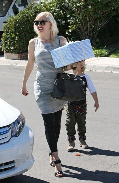 Gwen Stefani Photos Photos - Gwen Stefani carries a nicely wrapped gift as she and Zuma head tnto a birthday party. - Gwen Stefani and Zuma Go to a Party