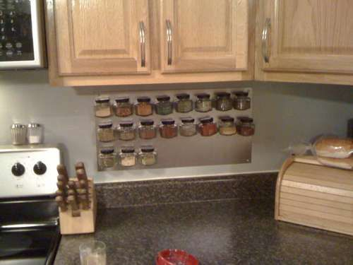 Magnectic spice rack for wall
