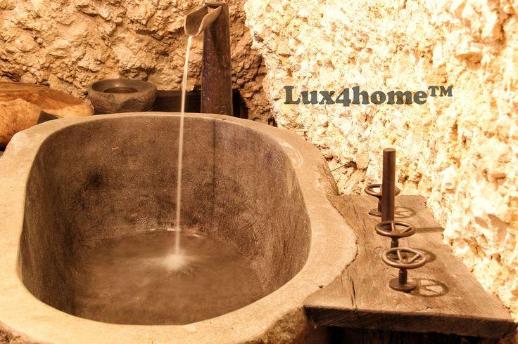 Łazienka z wanną z kamienia. Nietypowe wanny w Lux4home™. Produkowane ręcznie wanny kamienne....  Więcej w Lux4home™