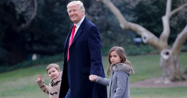 Ο Ντόναλντ Τραμπ τρυφερός παππούς, χέρι -χέρι με τα εγγόνια του [εικόνες & βίντεο]