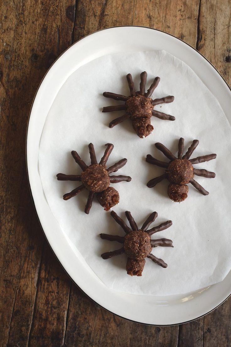 Chokladbollar, spindlar, pyssel för barn, barnkalas, baka med barn, halloweenpyssel för barn_@helenalyth