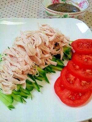 「鶏胸肉で簡単に♪棒棒鶏&手作りごまダレ」Pick upレシピ⑥に選ばれました❤鶏肉は茹でて手で裂いて、タレは調味料を混ぜ合わすだけで簡単♪ゴマだれは野菜にも合います。たっぷり野菜を添えてどうぞ☆【楽天レシピ】