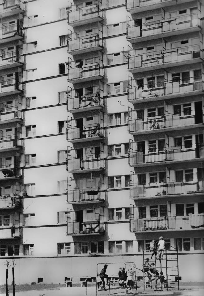 Kadr wieżowca przy ulicy Grabieniec. 1970r.