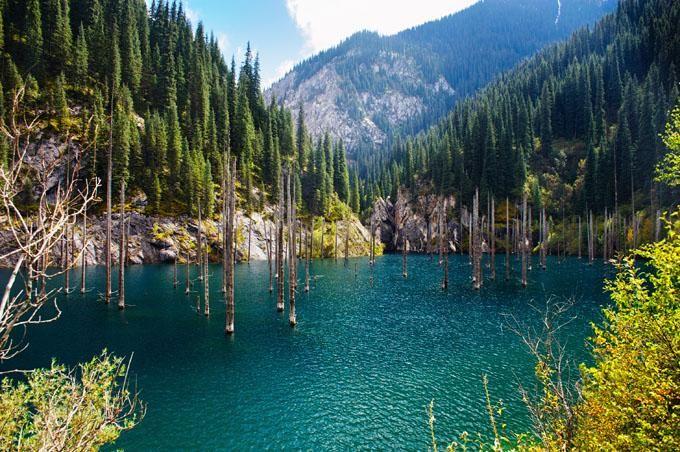 Lago Kaindy en Kazajstán