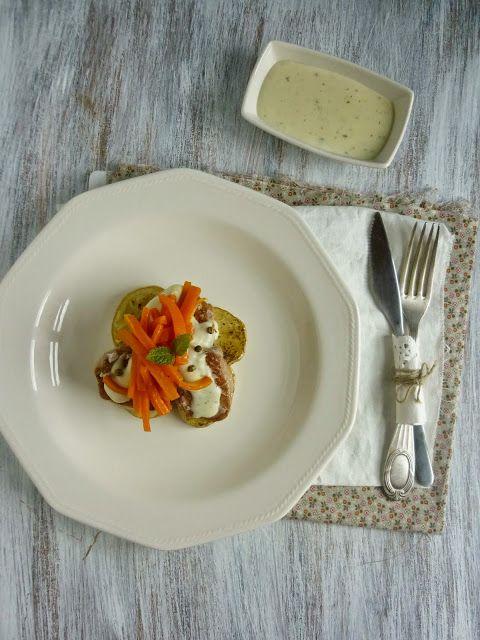Solomillo de cerdo a la pimienta verde con patatas asadas y zanahorias glaseadas