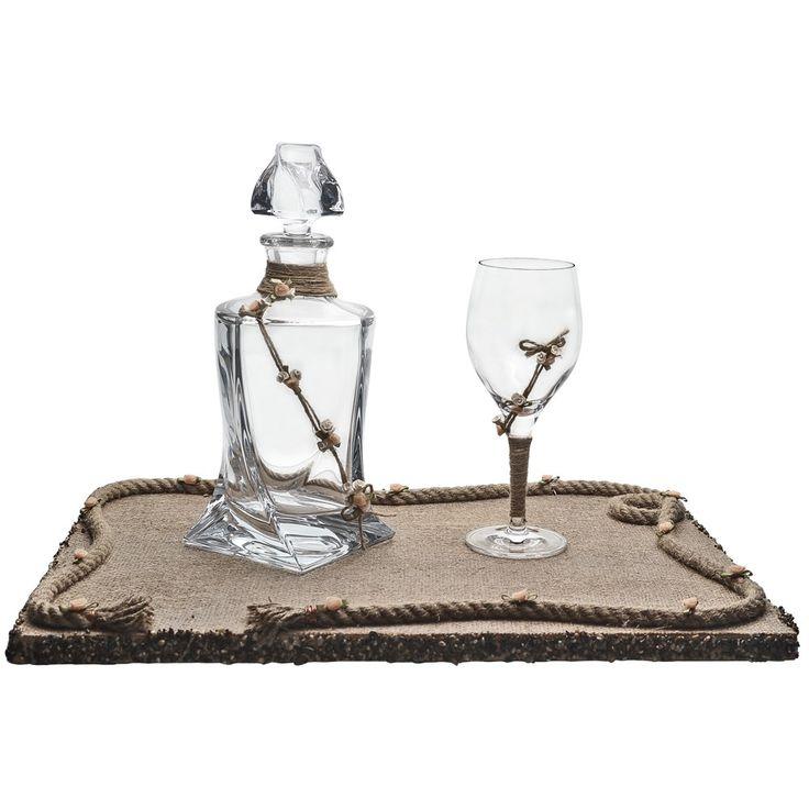 Το σετ γάμου αποτελείται ένα δίσκο επενδεδυμένο με λινάτσα και στολισμένο με πορσελάνινα ανθάκια και άμμο, μία καράφα κρυστάλλινη οικολογική διακοσμημένη με σπάγγο λινάτσα και χειροποίητα λουλούδάκια σωμόν και ένα ποτήρι κρασιού με την ίδια διακόσμηση, κρυστάλλινο οικολογικό