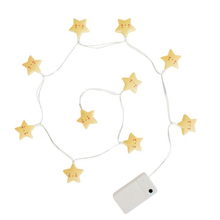 Fin lille lyskæde med gule stjerner fra A little lovely company. Lyskæden har 10 LED pærer og er på batteri, så den kan hænges op over sengen.