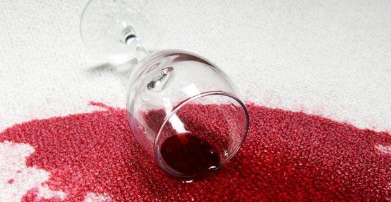 Come rimuovere le macchie di vino rosso