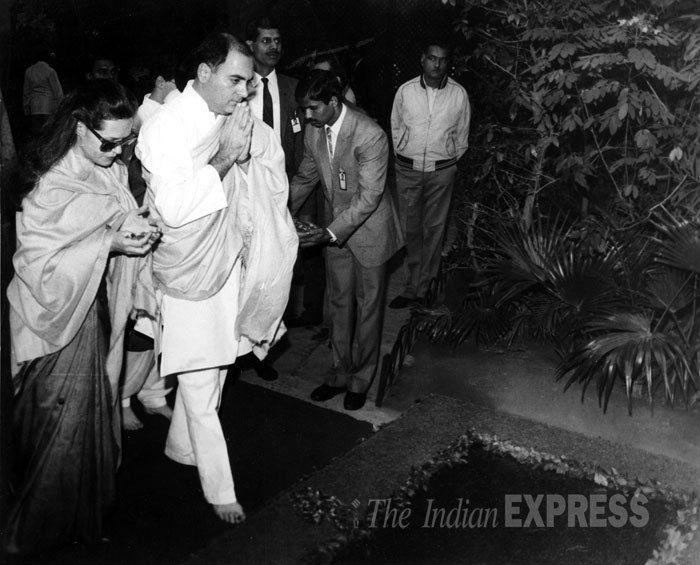 Sonia Gandhi and Rajiv Gandhi pary homage to Indira Gandhi, Nov. 11, 1987