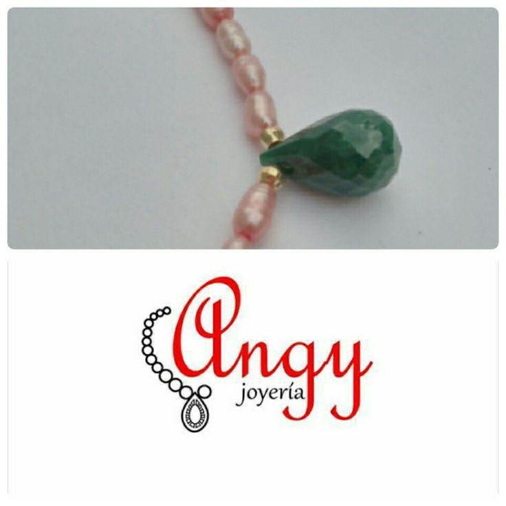 Super mexicano collar corto en perla rosa que acompaña a una esmeralda en forma de gota.