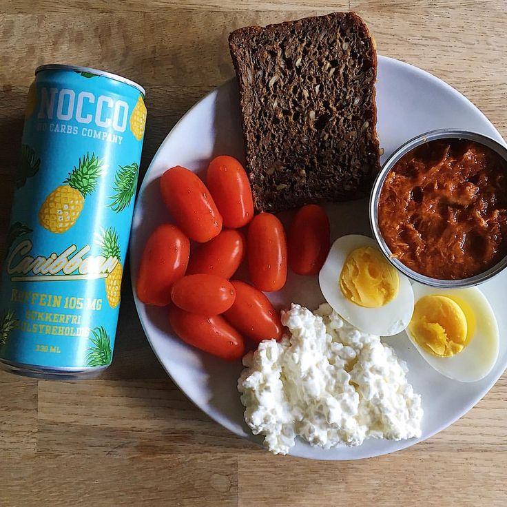 Rågbröd, makrill i tomatsås + keso, kokt ägg, pärltomater... noccobcaa nocco tropical. Myfood mydiet. Frulle frukost brunch.