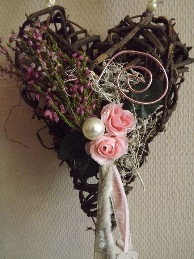 Hier habe ich ein braunes Rebenherz, dezent und lieblich dekoriert...als Aufhängeband habe ich ein cremefarbenes, breiteres Häkeloband gewählt...getrocknetes Heidekraut,rosa Seidenröschen,Zierdraht...