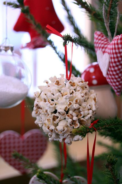 palla di natale popcorn My grandma hung molasses popcorn balls on her tree. What a great memory for me.