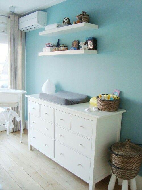 Witte planken blauwe muur