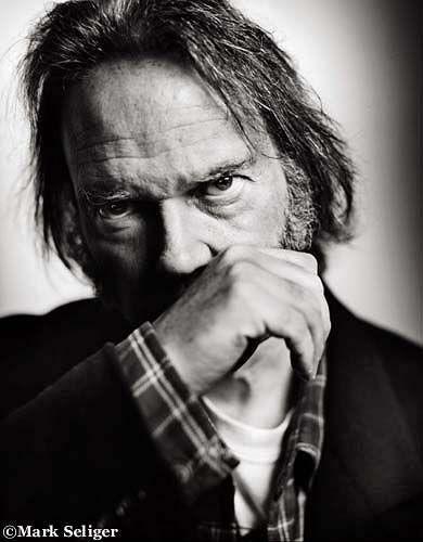 In 'Alabama' il rocker Neil Young accusa gli Stati Uniti del sud di razzismo nei confronti degli afroamericani. A respingere l'accusa i Lynyrd Skynyrd. su http://cultstories.altervista.org/neil-young-vs-lynyrd-skynyrd-battle-rock-titani-musica/ #music #rock #cultstories Cult Stories