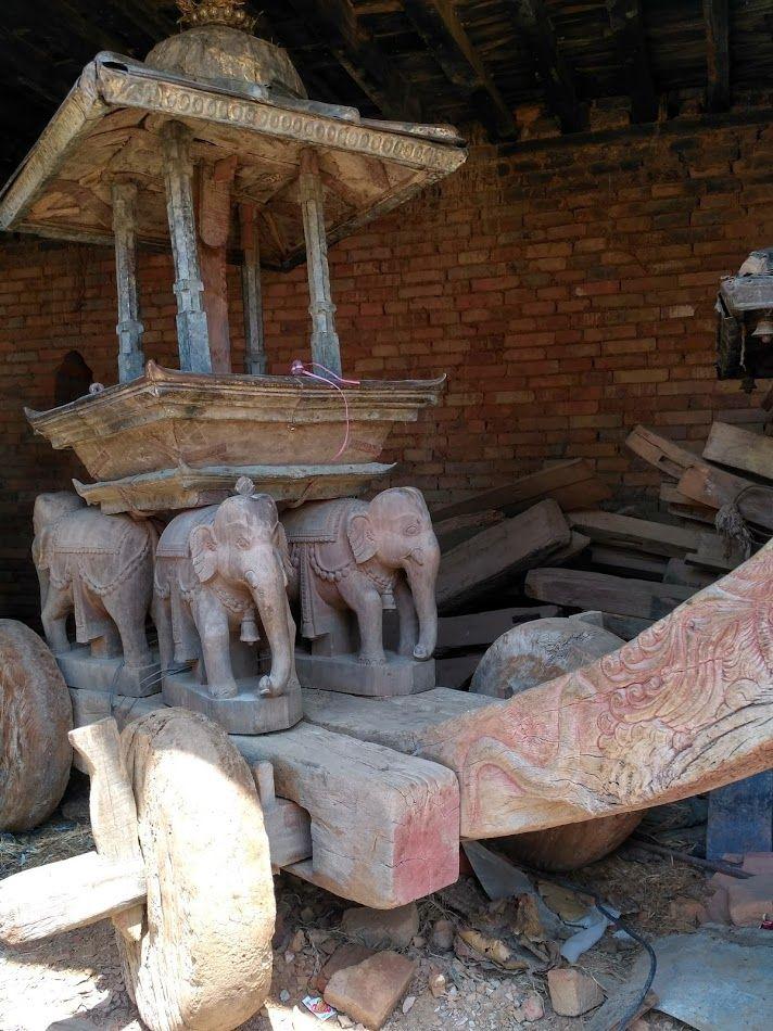 В Катманду даже сейчас можно встретить древние повозки которые и по сей день используются в религиозных церемониях. Их все также носят или катают по улочкам города.  С уважением к приключениям, команда hikeup.net