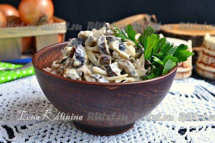 Салат из жареных баклажанов с яйцом - рецепт с фото