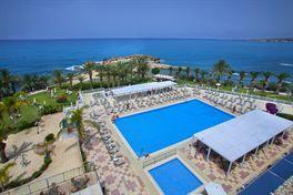 Hotel Queens Bay is de perfecte plek als je een relaxte vakantie wilt. Het is gelegen achter de hoofdweg en heeft mooi uitzicht op de zee en bergen. De kamers en het zwembad bevinden zich tussen de goed bijgehouden tuin die leidt naar een natuurlijke lagune. Geniet van de lekkere zon bij het zwembad en bekijk 's avonds de prachtige zonsondergang vanaf het terras.