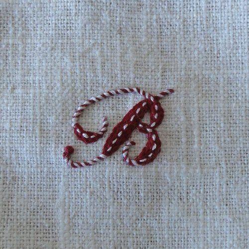 「アルファベットの刺繍Ⅰ」簡単なステッチでアルファベットのBの文字を アンティークっぽく刺します。 基本のチェーンステッチのところどころに糸を巻きつけたり ランニングステッチを入れて、動きのあるステッチに。 使うステッチは、チェーンst.、巻きつけチェーンst.、ランニングst.、フレンチノットst. [材料]布(白のリネン)/刺しゅう糸(赤)DMC498/刺しゅう糸(白)DMC3866/布用転写紙(紙チャコ)/セロファン