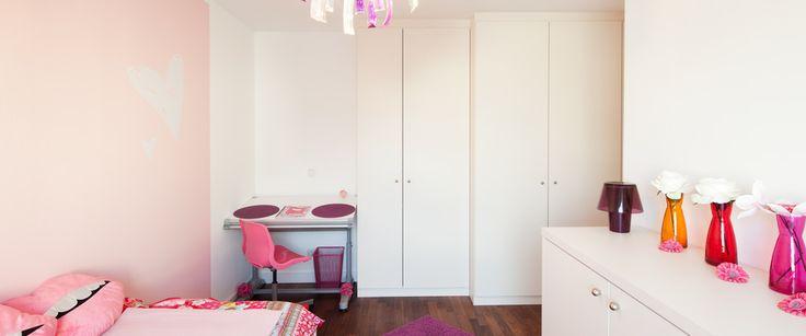 Witte kledingkast op maat gemaakt met verschillende diepte en draaideuren. Volledig naar wens en eenvoudig te ontwerpen via jouwMaatkast.nl