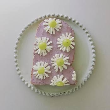 大ぶりのお花が魅力的なトーストアート。薄紫色の地に咲いた白いお花たちがとってもキレイで、食べ物なの?と目を疑ってしまう程。