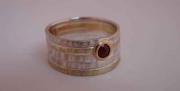 KunstGoud. Ring silver, gold and granat.