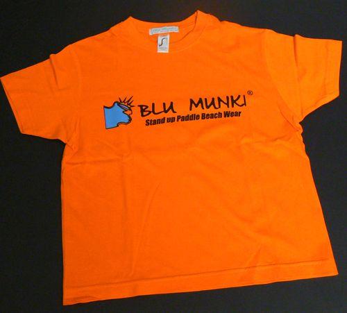 """<p>T-Shirt Blu Munki Child """"Second""""; logo bandeau devant<br>T-shirt jersey- coton 180 gr Existe, en orange, gris et bleu (Existe pour les hommes, en gris, bleu et orange)</p><p>190 JERSEY - HEAVY JERSEY 100% semi-combed Ringspun cotton Reinforcing tape on neck Elastane rib collar</p><p><strong><br></strong></p><ul><li><strong>Paiement Paypal : suivre indication panier- site internet.</strong></li><li><strong>Paiement par chèque ou par virement, merci d'utiliser le formulaire contact, ou…"""