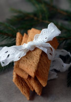 Fina pepparkakssnitt med smak av kanel och nejlika blir lite omväxling från pepparkakor och andra klassiska julkakor. Har man varit företagsam och gjort sina egna pepparkakskryddor blir de dessutom helt fantastiskt goda och går supersnabbt att göra.PEPPARKAKSSNITT100 g rumsvarmt smör