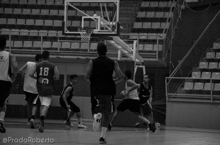Contra y lanzamiento (3). Sergio Vidal ataca el aro. Llega la ayuda defensiva. Y aparece un compañero de ataque, Vallés. 29 de agosto #baloncesto #AdeccoPlata #Lucentum #Alicante #basket