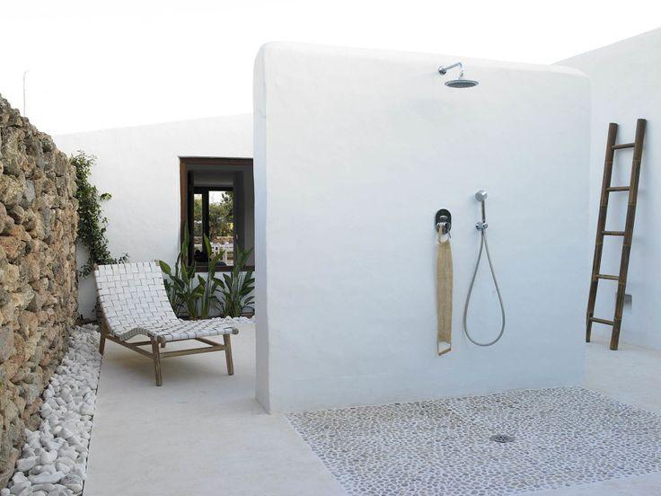 Tomar el sol en laterrazao eljardínde casa es una actividad perfecta para el verano. Ahora bien, no hay mucha gente que aguante el sol sin el agua. Aprovecha pues esos espacios, para colocar una bonita y funcionalducha...