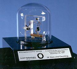 Pierwszy działający tranzystor (ostrzowy) został skonstruowany 16 grudnia 1947 r. w laboratoriach firmy Bell Telephone Laboratories przez Johna Bardeena oraz Waltera Housera Brattaina. W następnym roku William Bradford Shockley z tego samego laboratorium opracował teoretycznie tranzystor złączowy, który udało się zbudować w 1950.