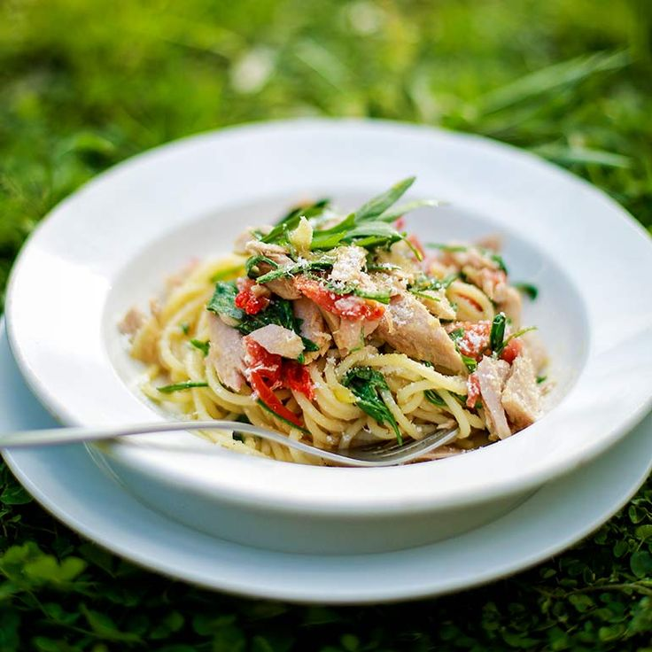 Deze spaghetti met tonijn en rucola is een makkie. De rode chilipeper geeft het gerecht extra pit en de citroen zorgt voor een fris effect. Serveer met verse rucola en geraspte parmezaan.    1 Kook de spaghetti al dente in eengrote pan water met...