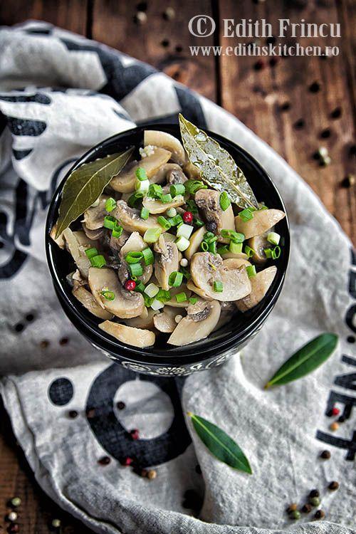 Ciuperci marinate in ulei, otet artomate cu usturoi, dafin si boabe de piper. O garnitura rapida si delicioasa.