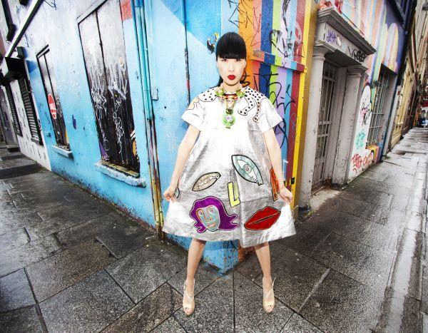 Catégorie Arts et Divertissement, Leon Farrell (Photocall Ireland).    Street Fashion.    Yomiko, porte un modèle du renommé styliste irlandais Joanne Hynes, pour l'ouverture de la Arthur Cox Irish Fashion Event édition 2012.