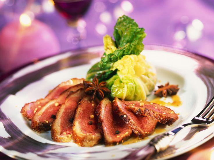 Découvrez la recette Magrets de canard et papillotes de chou au foie gras sur cuisineactuelle.fr.