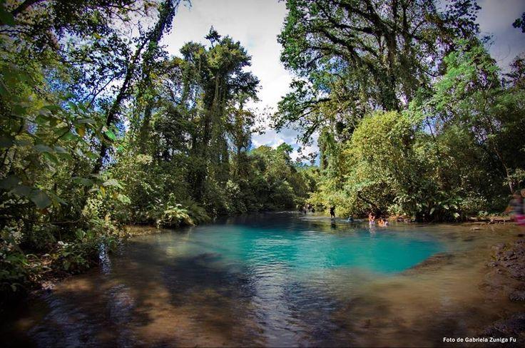 Nacimiento azul del rio Lindo, rio que nutre las cascadas ...