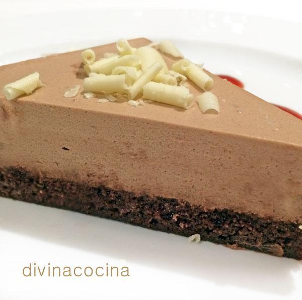 Esta tarta de mousse de chocolate es muy sencilla de preparar. Como no lleva horneado, la presentación siempre queda perfecta. Puedes usar chocolate negro o chocolate con leche a tu gusto. Puedes hacerla también con chocolate blanco.